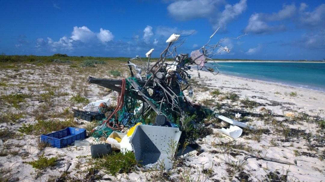 Paikallinen roskistaideteos. Rannoilta löytyi aika paljon veneistä tippunutta roipetta ja roskaa.