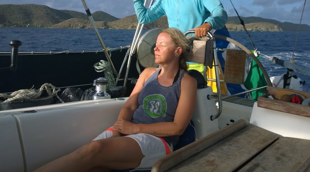 Sallan vuoro nauttia purjehduksesta. Normaalisti Maku ja Salla olivat jatkuvasti ratissa tai köysissä. Mikä tarkoitti ihanaa rentoutusta minulle!!