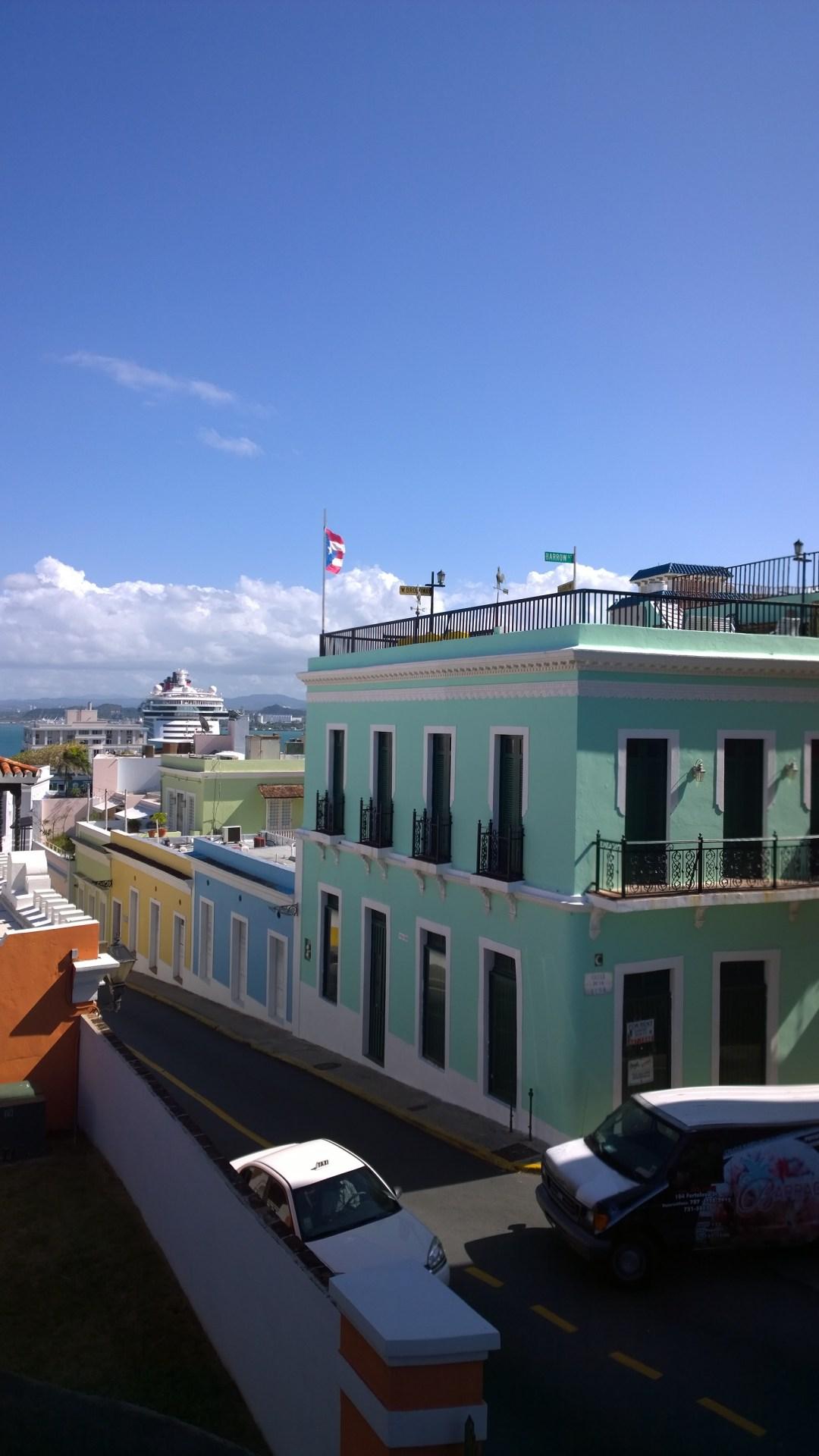Vanha kaupunginosa on valtaosin kunnostettu ja täynnä upeita värejä.