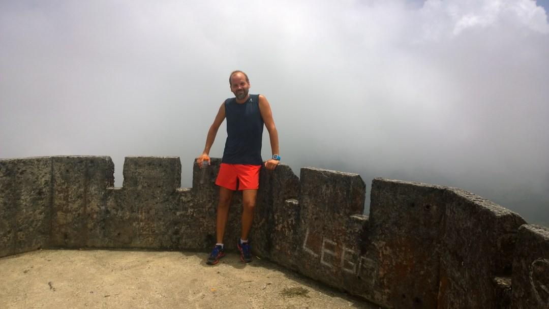 Jaakon kanssa päätimme jatkaa vielä pari sataa metriä ylöspäin huipulle. Olimme yli kilometrin korkeudessa! Hienot maisemat vai mitä! Olimme huipulla juuri, kun pilvet ympäröivät sen. Ihan oikeasti!