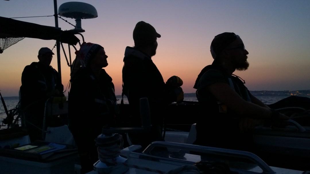 Defyrin miehistö muutamaa tuntia ennen kuuden päivän purjehduksen päättymistä Portugalin Lagosiin. Isälle ja siskolle saapuminen maihin tarkoitti matkan päättymistä, meille matkan alkamista.