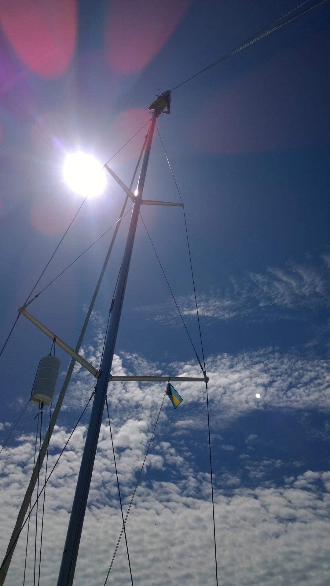 Jaakko kiipeää vielä kerran mastoon. Tänään paistoi jo aurinkokin.