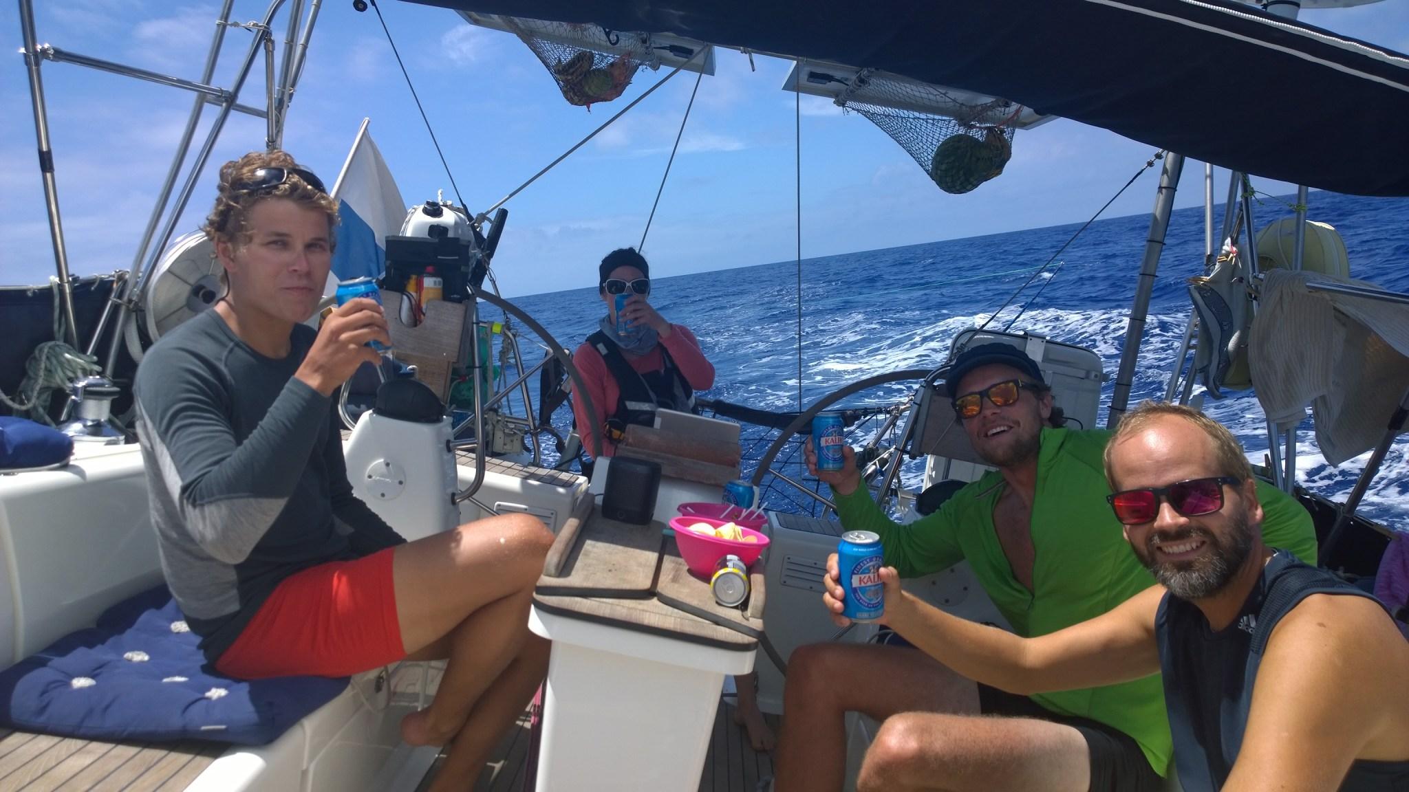 Cheers Defyr!! Ninan vahtivuorolla ylitämme 30 000 merimailin rajan ja syömme karkki/sipsiherkut.