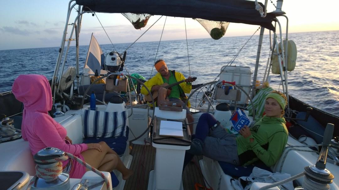 Musahetki. Merellä oli aikaa puuhastaa kaikenlaista. Vuorossa musahetki ja meikä punahilkkana kuuntelemassa.