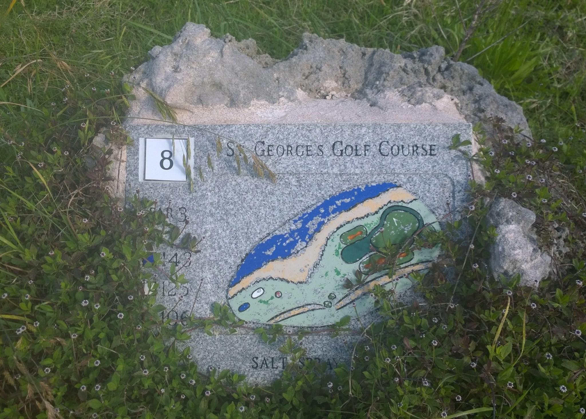 St George'sin ympärillä on hylätty golf-rata, jota on ylläpidetty puistona. Aikaisemmin golfautoille tarkoitetut asfaltoidut reitit sopivat täydellisesti lenkkeilyyn. Välillä löytyi muistoja vanhasta kentästä, kuten tämä reiän 8 kartta.