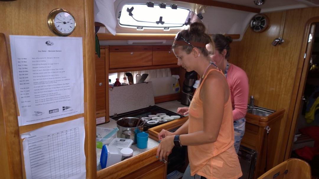 Muffinssit valmistumassa. Nina teki lähes kaikki ruoat täysin itse, mutta baakkelssi-vaiheessa myös minä päädyin keittiöön.