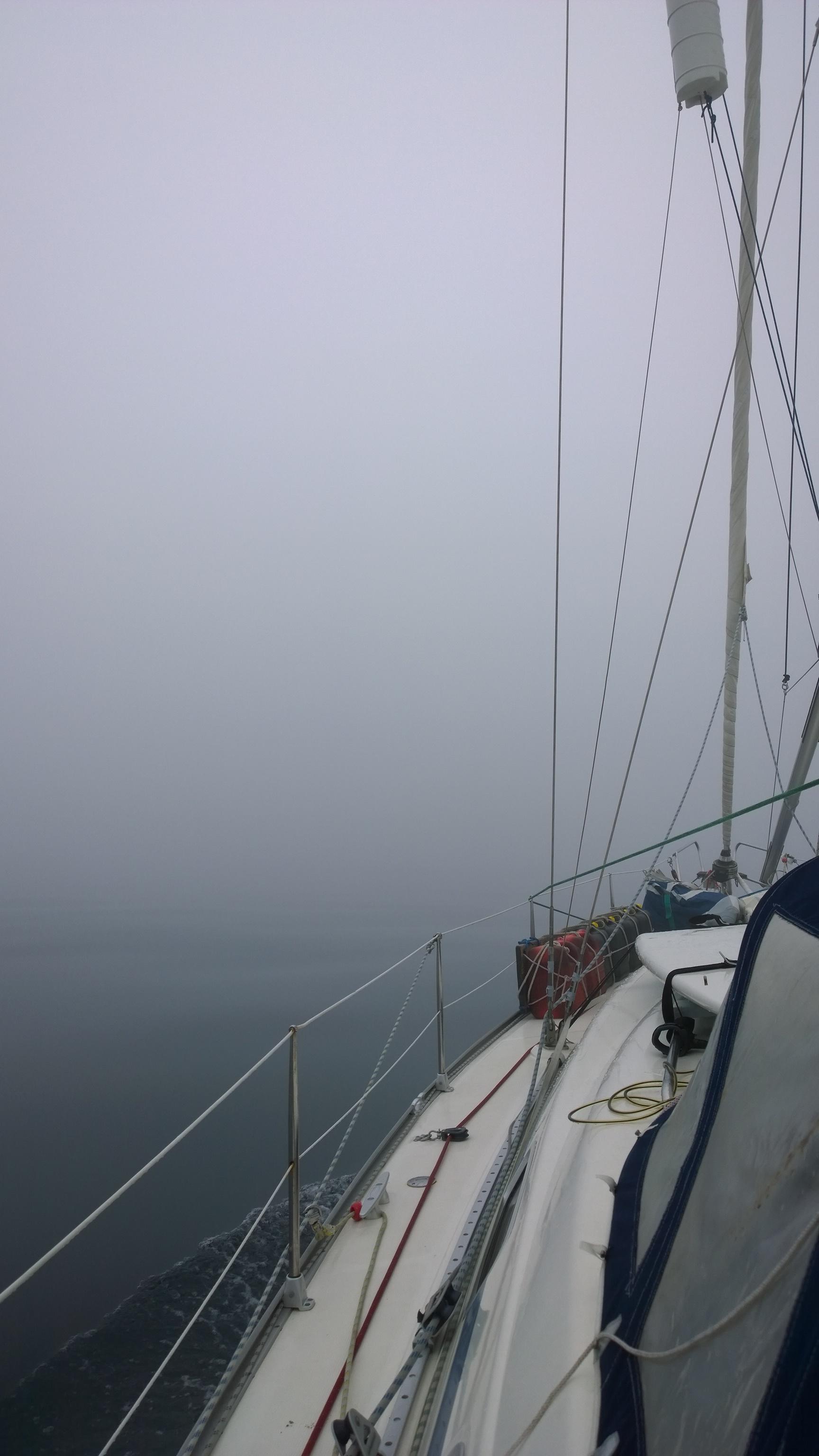 Olihan tämä aivan epätodellisen näköistä. Aivan tyyntä ja sakea sumu. Olimmeko todella Atlantilla?