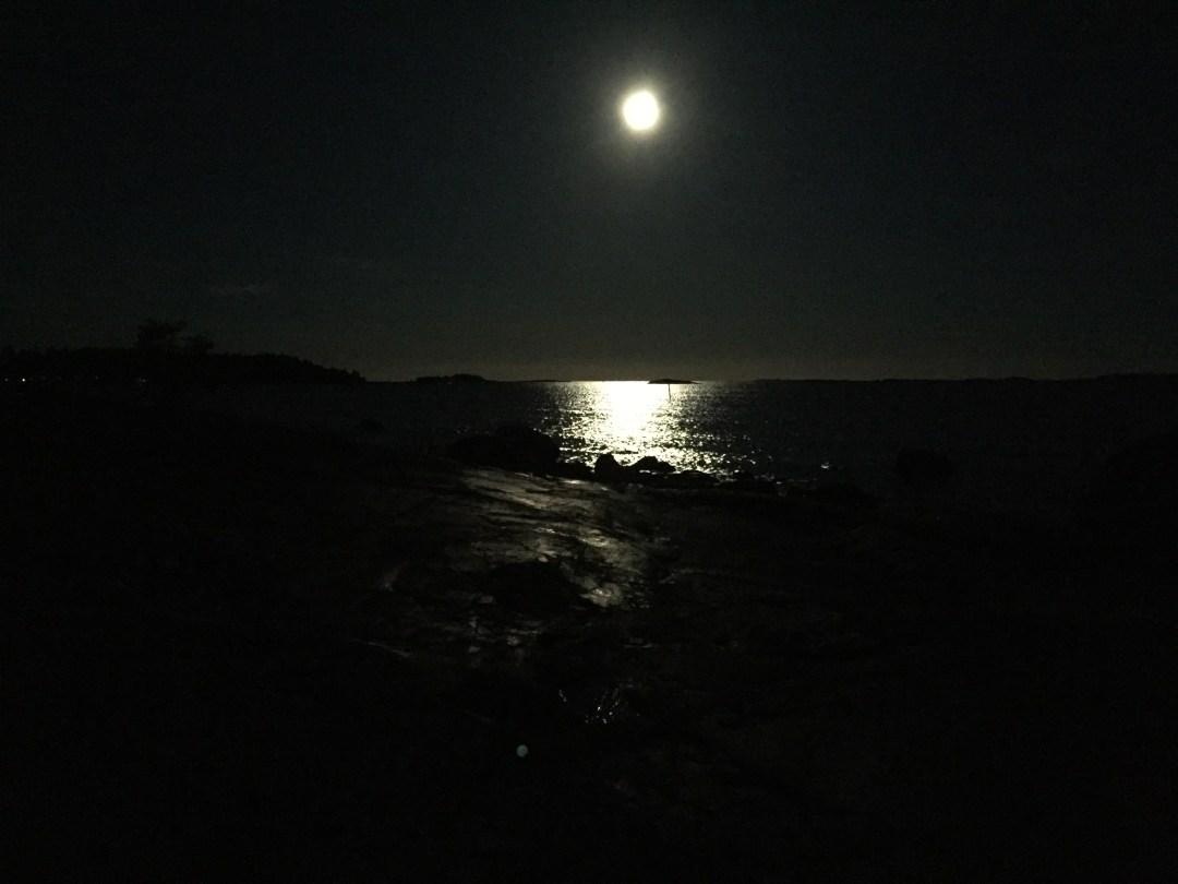 Tässä ne kalliot ovat. Oikeasti aivan upeat, vaikka iluurin kamera ei oikein pimeässä pärjääkään. Tunnelma välittynee!
