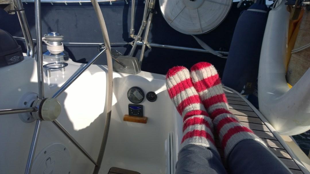 Visbystä lähdön jälkeen ja ennen tuulen nousua sain pitää lempipurjehduskenkiäni, eli villasukkia!
