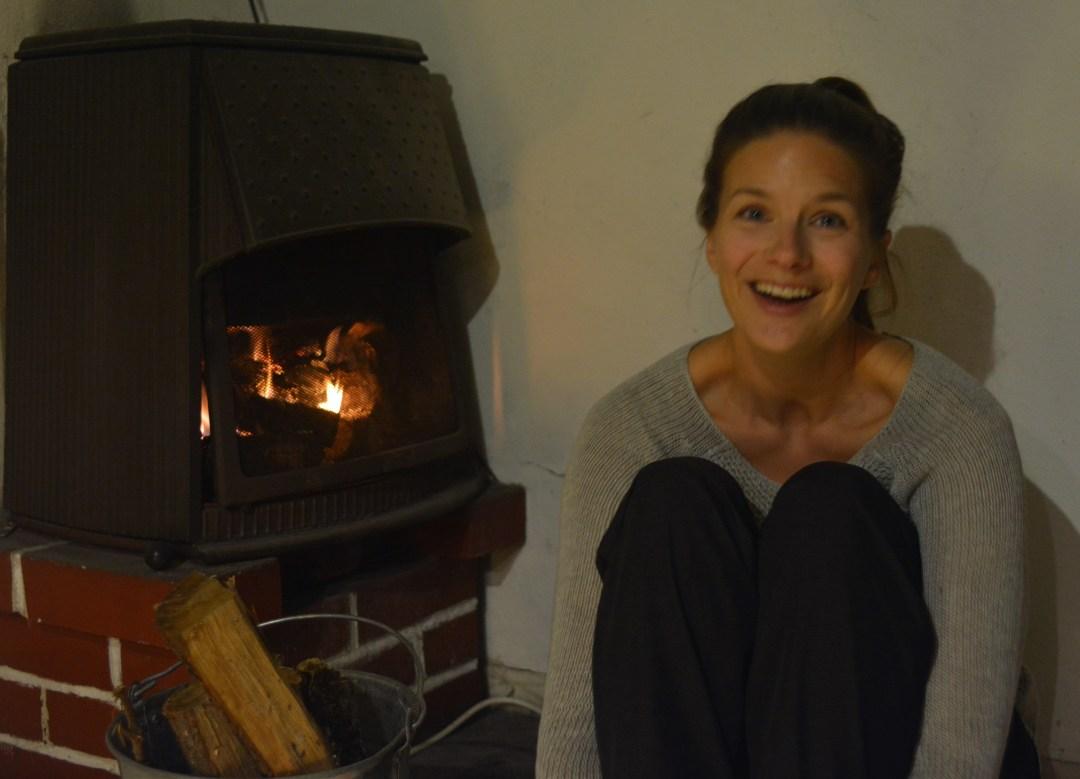 Minä lämmittelen takan ääressä, Jaakko naurattaa ja tekee kohta lämpimät juustoleivät. Mukava ilta!