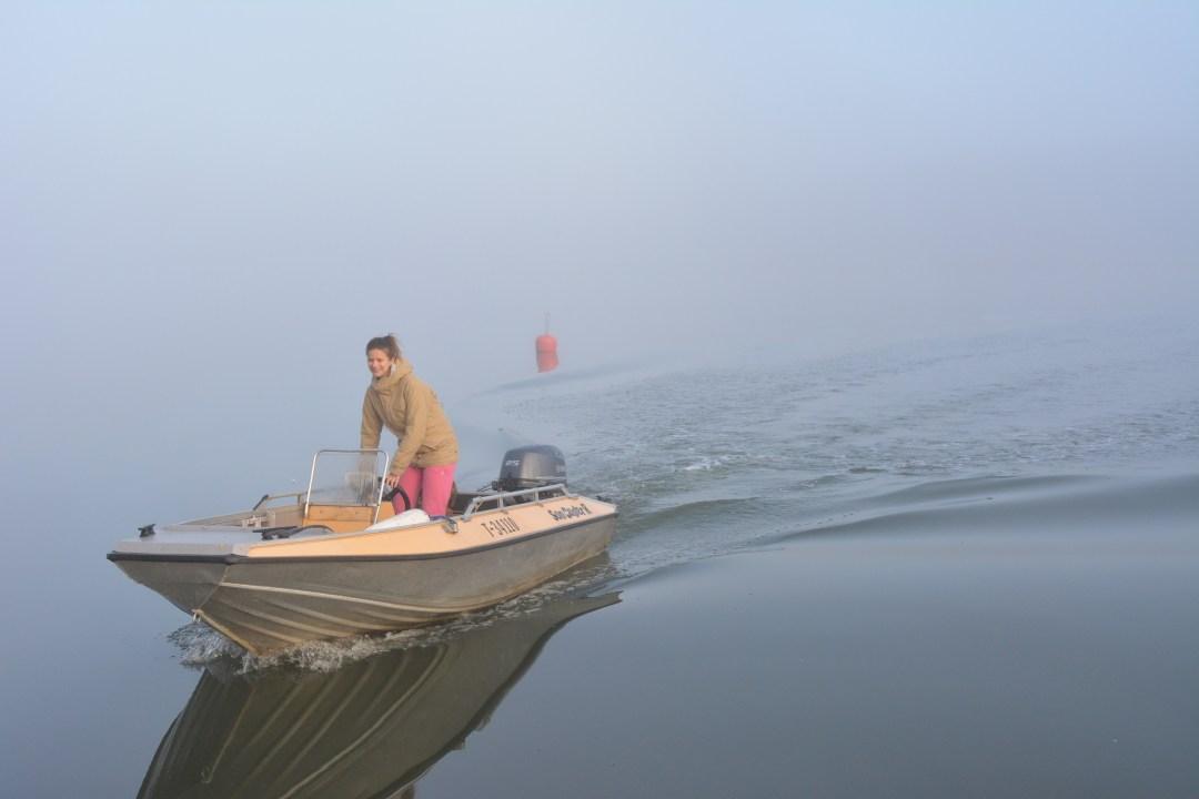 Pienet kurvailut veneellä keskellä sumua kuvakulmia hakemassa.