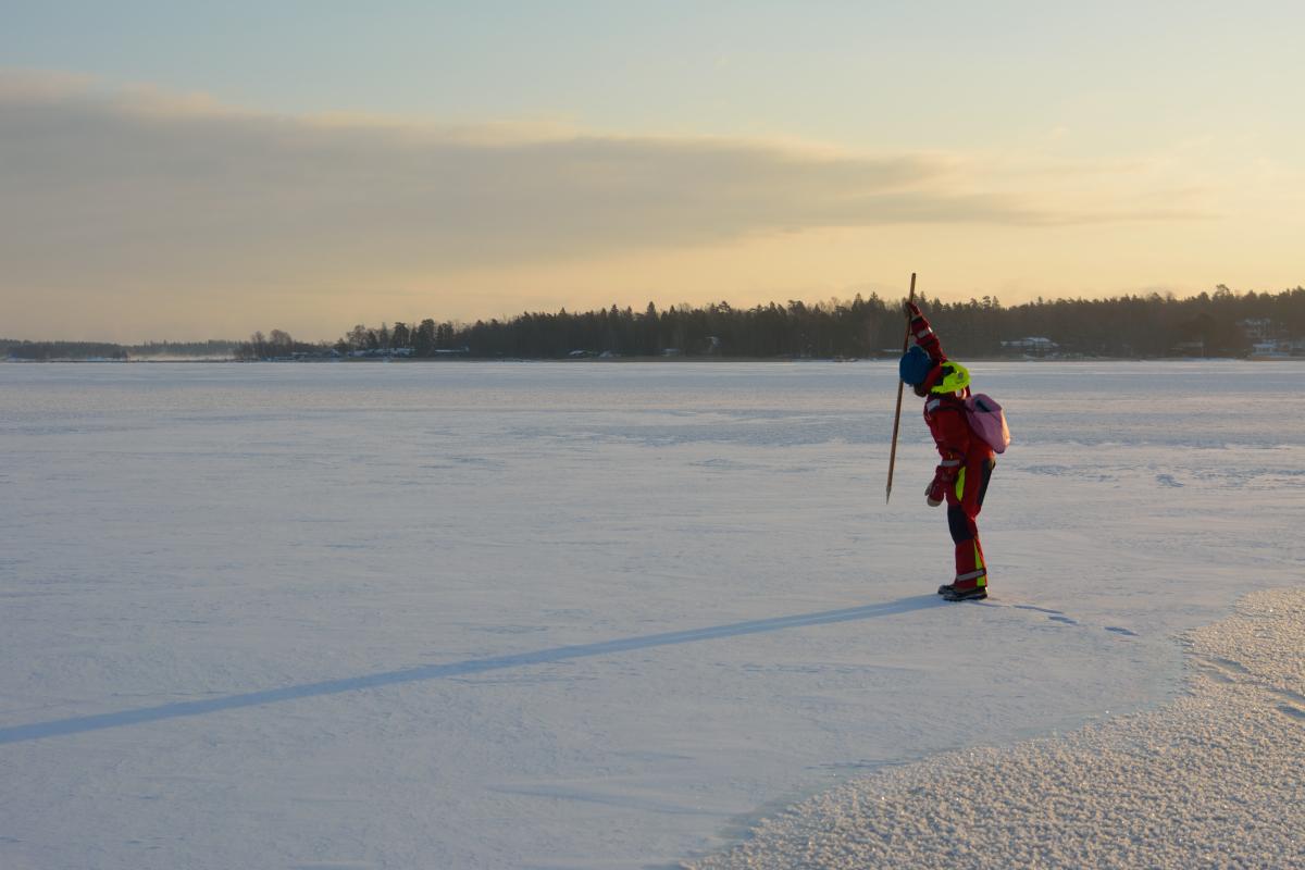 Napakka lyönti jäähän ja sauva solahti jään läpi.