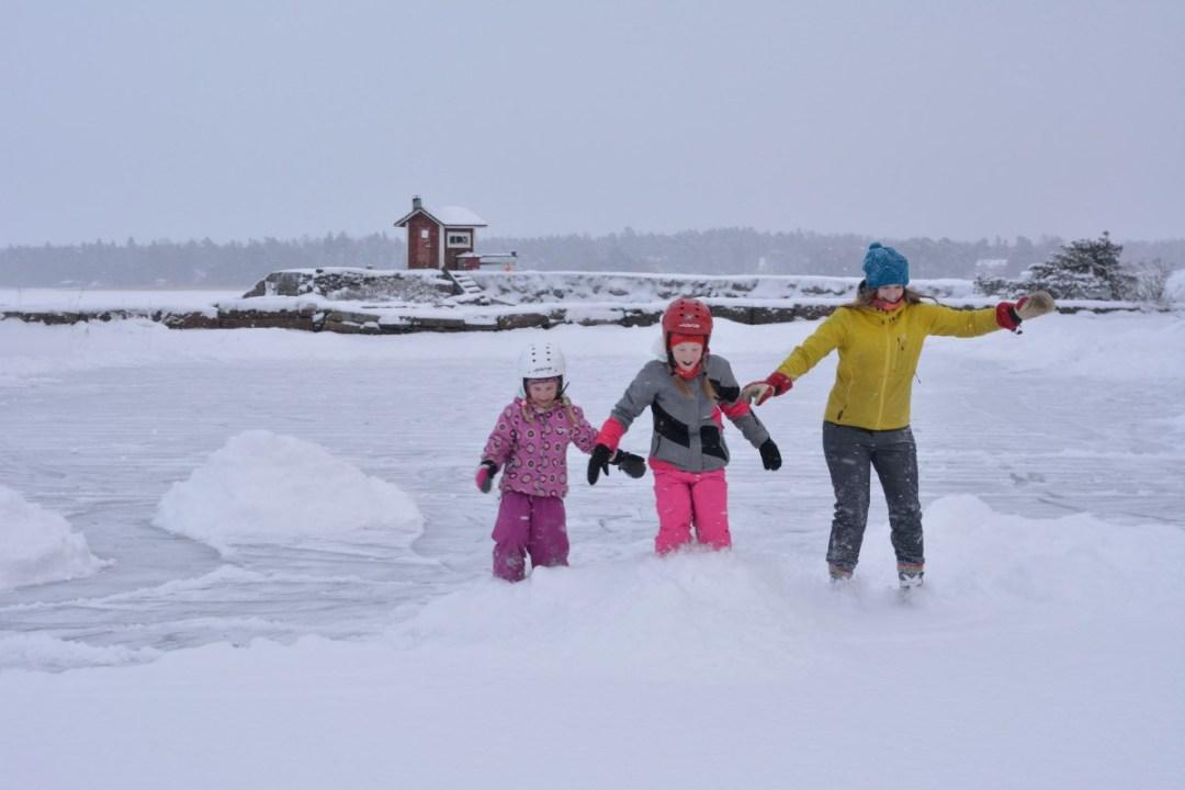 ...kuka pysyy pystyssä kun luistellaan lumipenkkaan!!