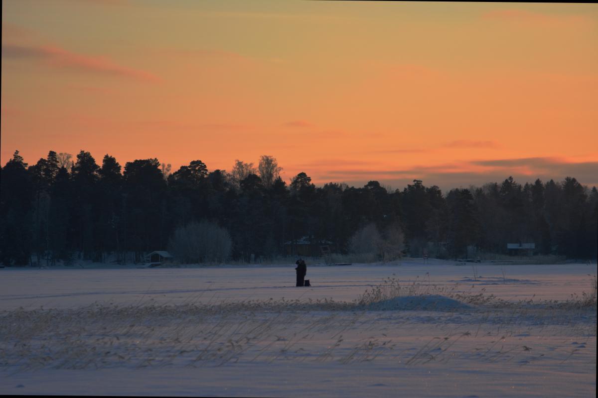 Rakkautta jäällä! Osuin kameran kanssa paikalle, kun aiemmin ohi hiihtänyt pariskunta pysähtyi halaamaan toisiaan. Ihanan liikkistä!