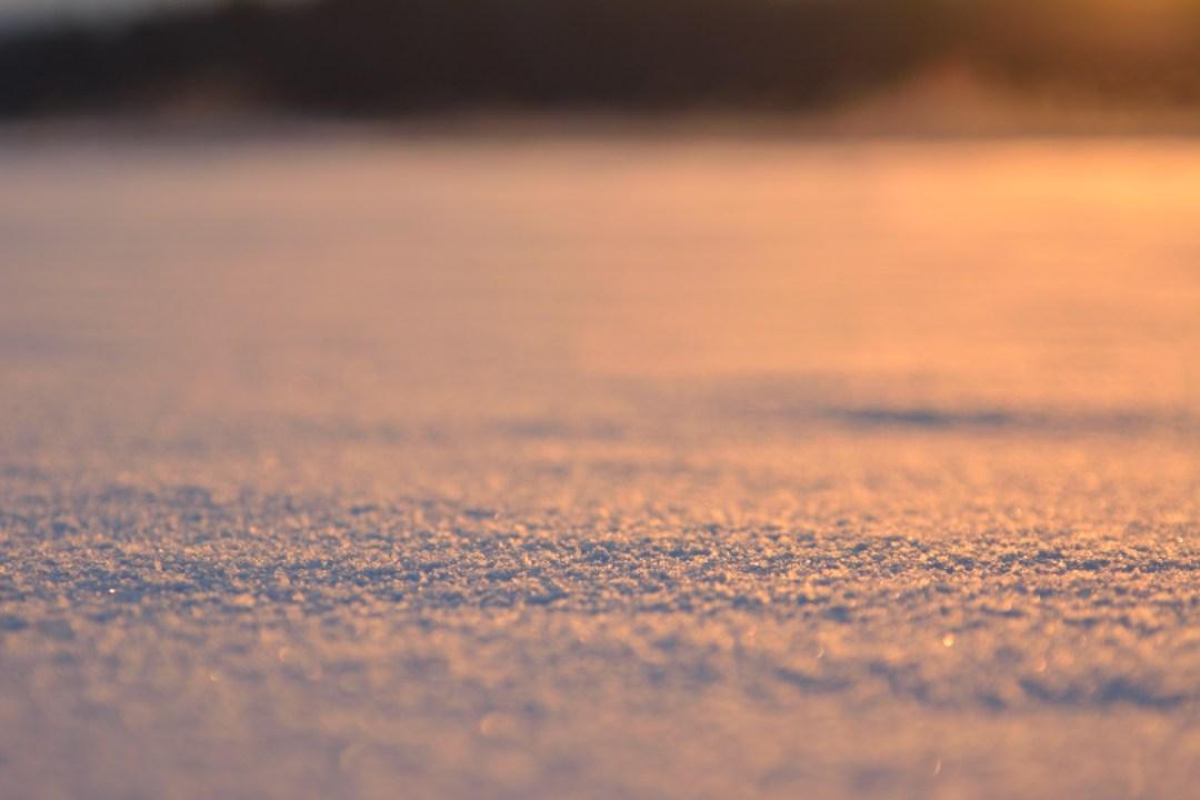Laskeva aurinko värjäsi lumen oranssiksi.