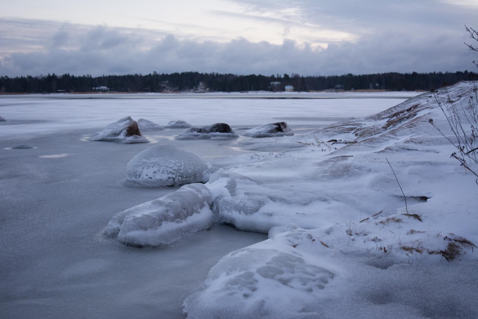 Rantakivet ovat jäätyneet.