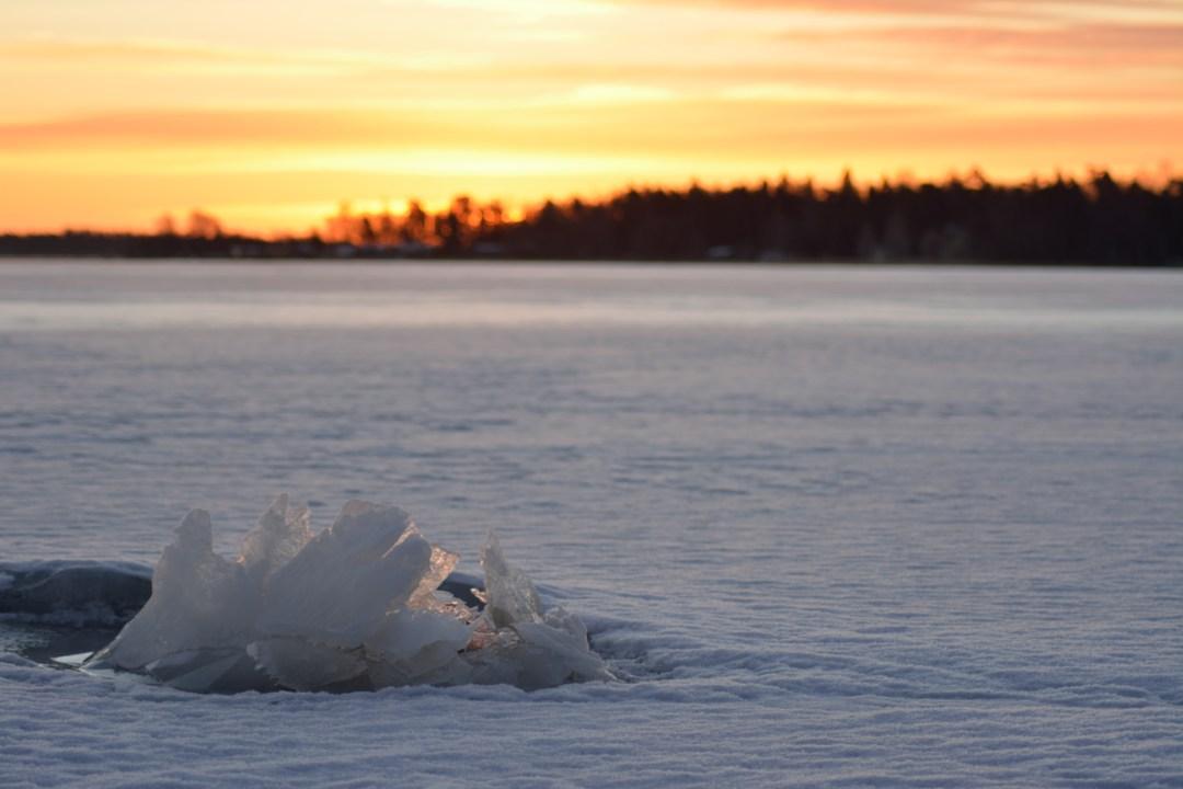 Jää on alkanut elämään ja ensimmäiset kivien ympärille muodostuvat jääveistokset ovat ilmestyneet rannoille.