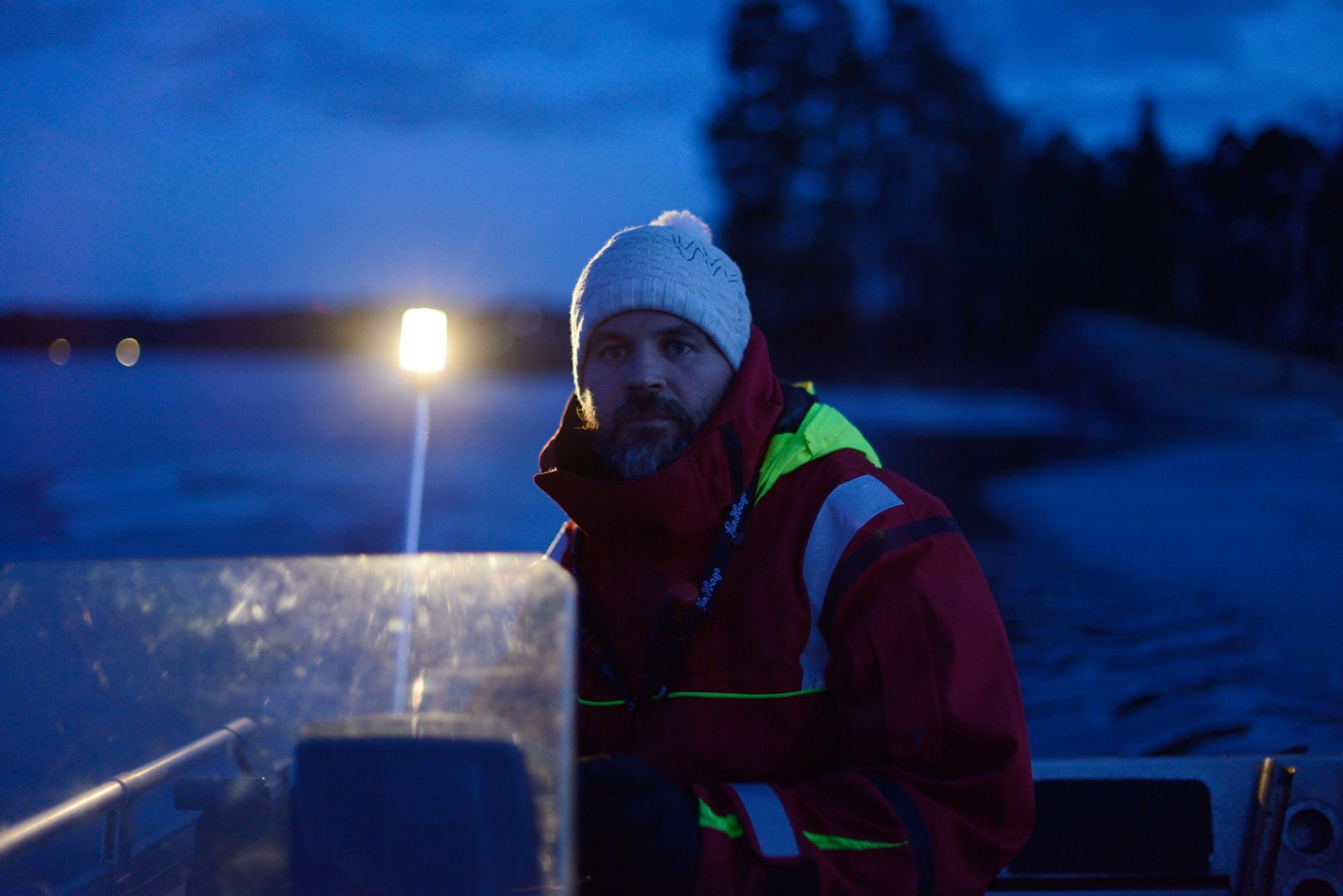Jaakkko keskittyy ajamaan venekauden ensimmäistä ajoa.