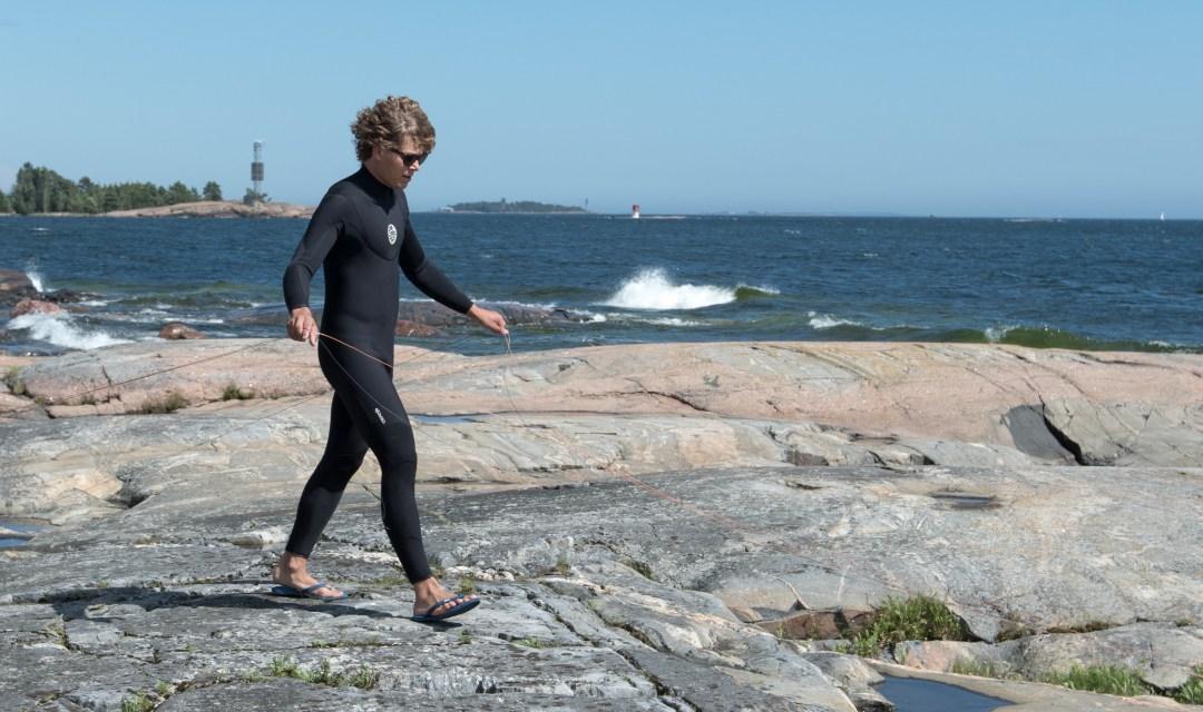Ville ei ole aiemmin mennyt kitellä vedessä, vain jäällä. Ensi keikka suoraan kallioilta mereen ihan mukavaan aallokkoon. Aika rohkeaa..!