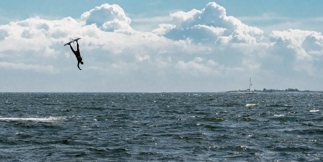 Merta, saari, purjevene ja hetkinen...  ukko väärinpäin taivaalla! Siinä ei pitkään mennyt