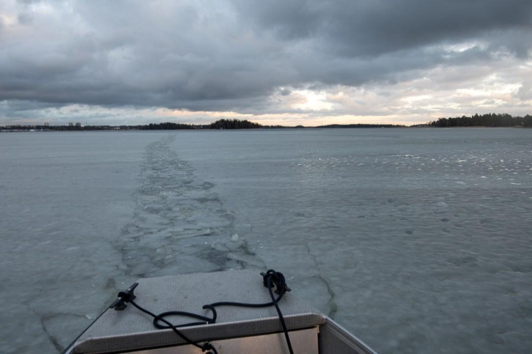 Jatkoimme kotia kohti jään läpi tekemäämme ränniä pitkin.
