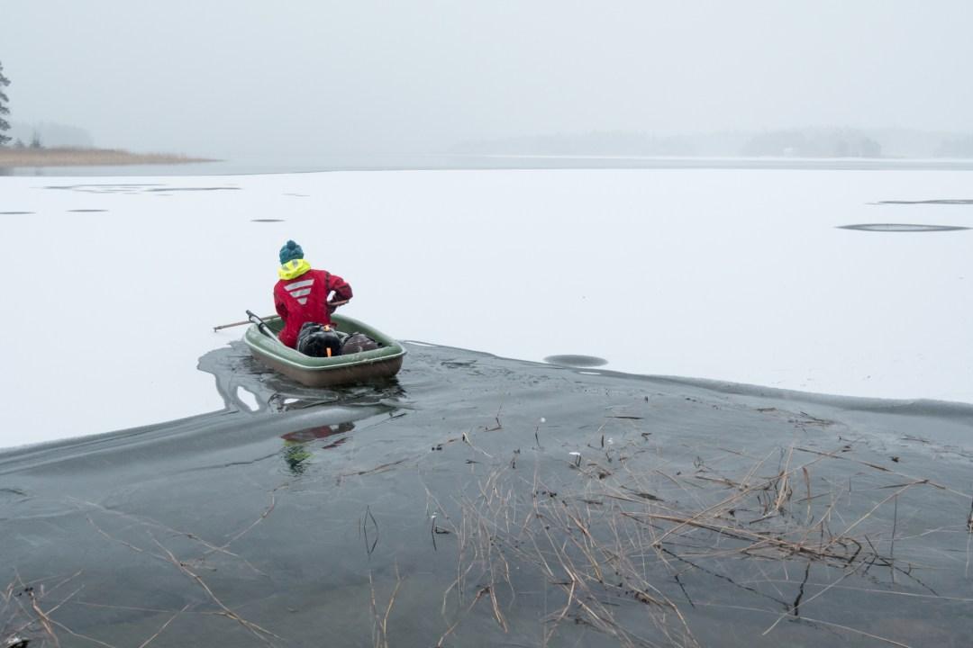 Sitten vain keksi kiinni jäähän ja veto. Sillä rytmillä päästiin menemään aika hyvin eteenpäin. Vene rikkoi tosi hyvin jäätä ja homma tuntui suorastaan mukavalta.