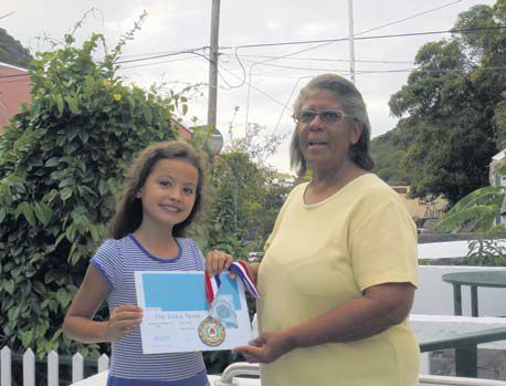 Lorna Simmons presents the Best Student award to Vera Oei of the Elementary School Saba.