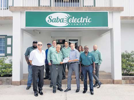 From left: SEC Supervisory Board Chairman James R. Hassell, SEC Managing Director Charles D. Johnson, Balance Consultancy Jan Willem de Serière and SEC Supervisory Board Secretary Hubert R. Smith with the employees of SEC.