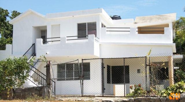 Se vende casa de dos niveles en Savica, frente a la escuela de Los Tomines.