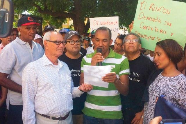 Carlos Cabrera entrega documento a Fulvio Rodriguez- Asistente del Gobernador Provincial de Santiago Rodriguez. (Foto: Wilton Ledesma).