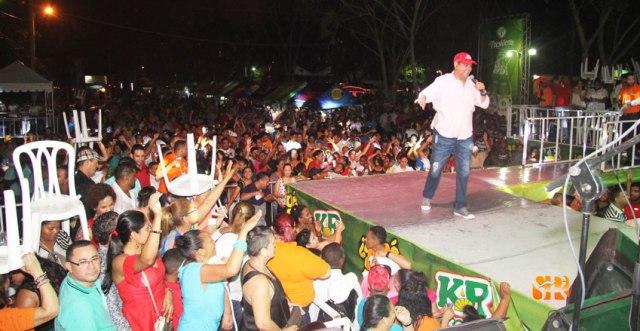 """Villalona interactua con su público cantando """"La lluvia no daña mi fiesta"""""""