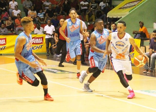 Juanely Almonte del CGG con el balón seguido por Fausto Torres del CPA.