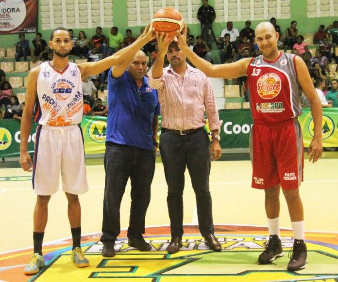 Romeo Lantígua- Gerente de Suplidora OBEB acompañado de Modesto Taveras - Presidente de ABASARO; tambien los jugadores: Lorenzo Díaz (Izq.) y Pedro Tapia (Der.).