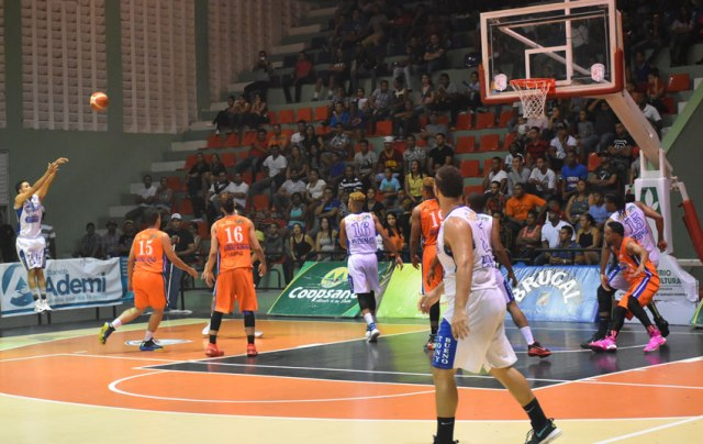 Danny D'León del Club Pueblo Arriba encesta disparo de tres puntos.
