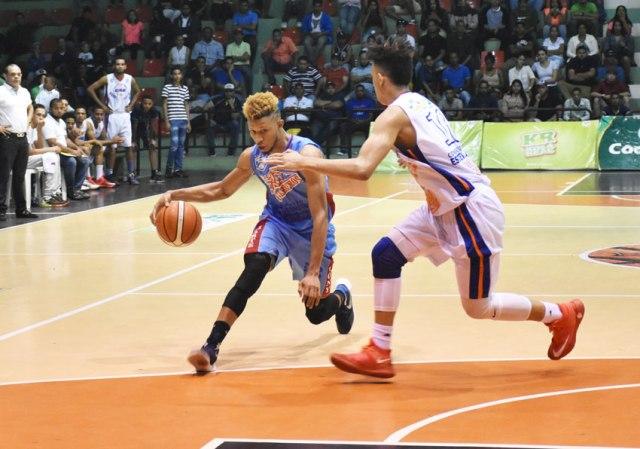 Jeyson Valdez con el balón, defendido por Jerry Flores del CGG.