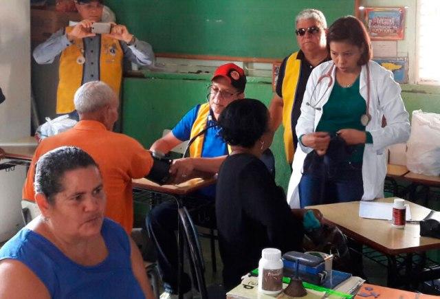 Doctor Rafael Bourdierd examina algunos pacientes en la escuela TV. Centro El Aguacate.