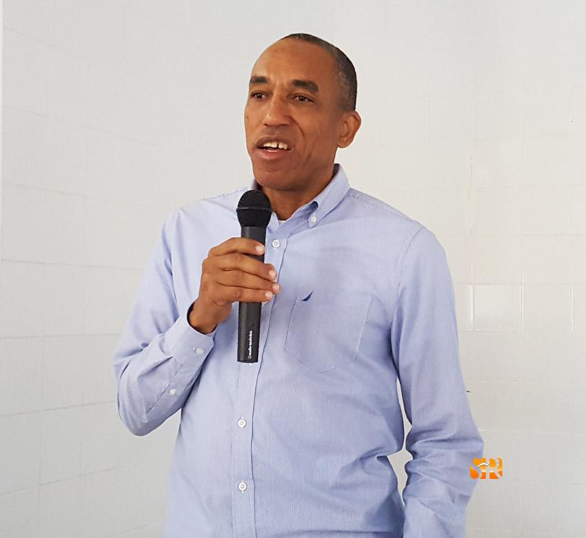 Carlos Cabrera dicta conferencia en liceo Marino Almonte