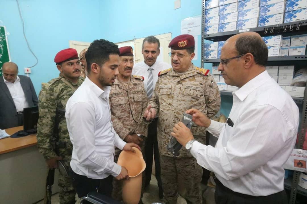 وزير الدفاع يزور دائرة الخدمات الطبية ويطّلع على الخدمات المقدمة للجرحى بمستشفى مأرب