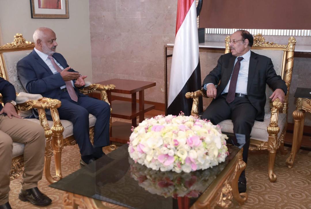 نائب الرئيس يطلع على المستجدات الميدانية والأوضاع في الحديدة
