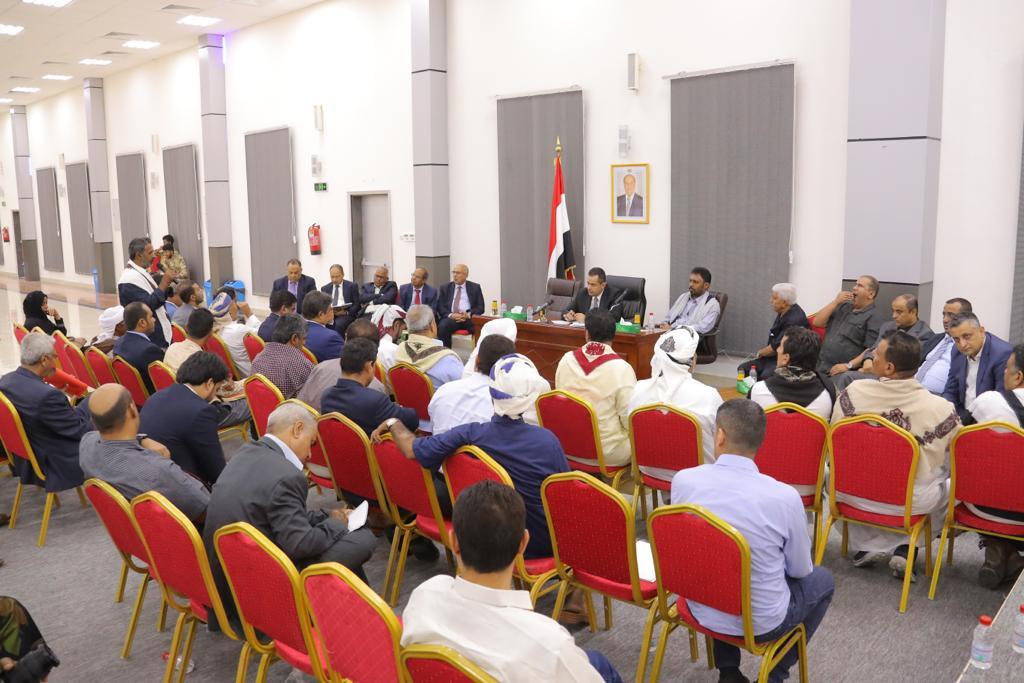 رئيس الوزراء يناقش مع قيادة حضرموت ترتيبات اعادة افتتاح  مطار الريان واحتياجات المواطنين الخدمية