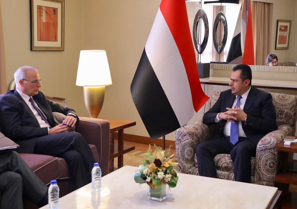 رئيس الوزراء يناقش مع السفير البريطاني مستجدات الأوضاع على الساحة الوطنية