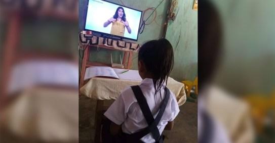 Menina é pega vestindo seu uniforme para participar de aulas virtuais. Ela não perde formalidade