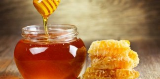 Honey cleanses the problem of blackheads