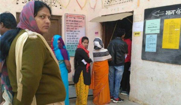 अजमेर के रामगंज स्थित पोलिंग बूथ पर लगी मतदाताओं की कतार।