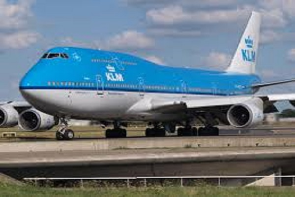 The passenger had gas in the flight, complained, the Emergency landing