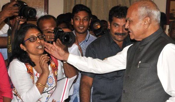 Tamil Nadu governor apologises for patting woman journalist's cheek