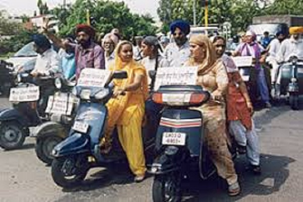 Akalis protest against the necessity of wearing helmets for Sikh women