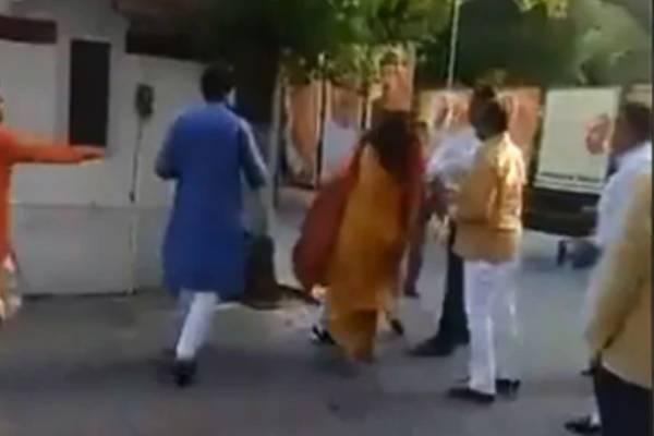 delhi-bjp-azad-singh-slap-sarita-chaudhary-manoj-tiwari