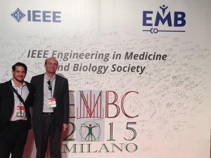 Toni y Vicente en el stand del IEEE - EMBS