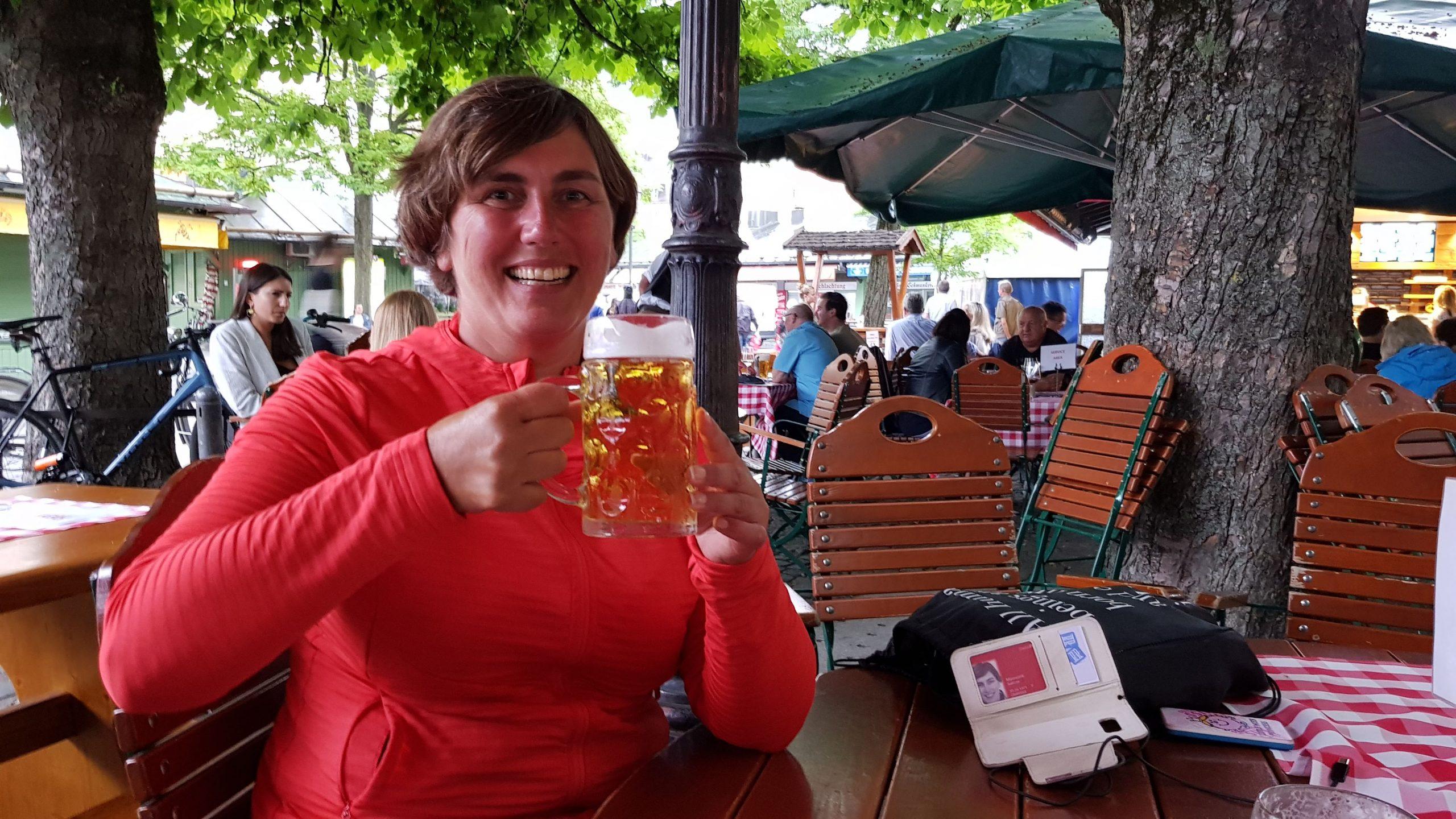 vrouw met een groot glas bier
